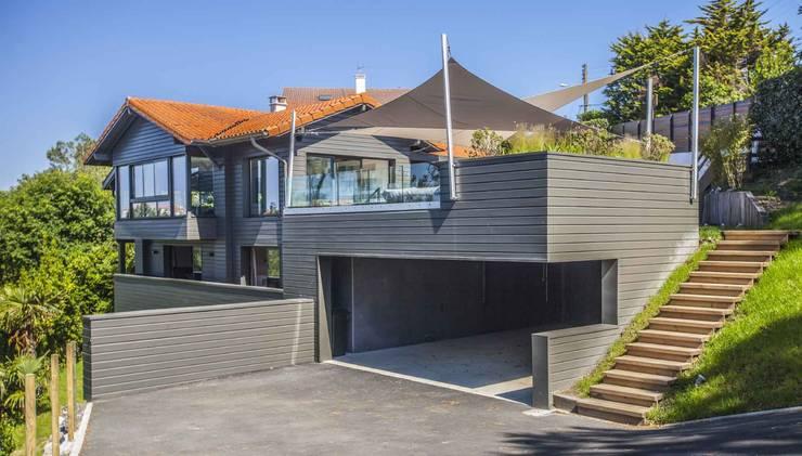 Voiles d 'ombrage et canapé Outdoor  à Biarritz.: Balcon, Veranda & Terrasse de style de style Moderne par LA MAISON EHIA