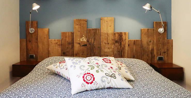 Master bedroom - camera da Letto Padronale: Soggiorno in stile  di Rachele Biancalani Studio
