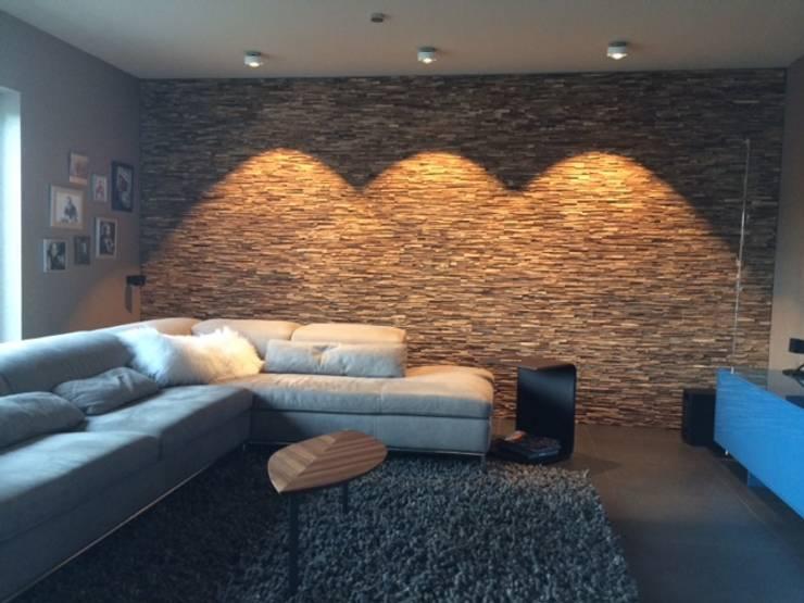 Holz Wandverkleidung Wohnzimmer mit Beleuchtung: moderne Wohnzimmer von BS - Holzdesign
