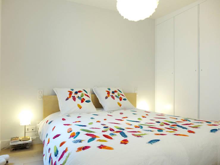 A SAINT GERMAIN DES PRES: Chambre de style  par EC Architecture Intérieure