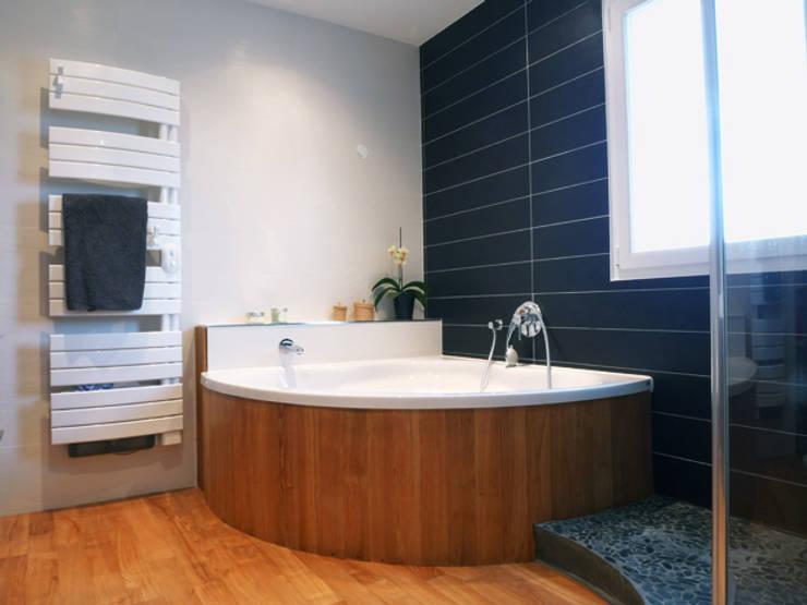 UNE MAISON A BORDEAUX: Salle de bains de style  par EC Architecture Intérieure