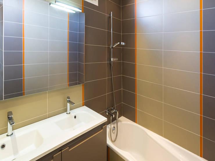 PRES DU MARCHE LA CHAPELLE: Salle de bains de style  par EC Architecture Intérieure