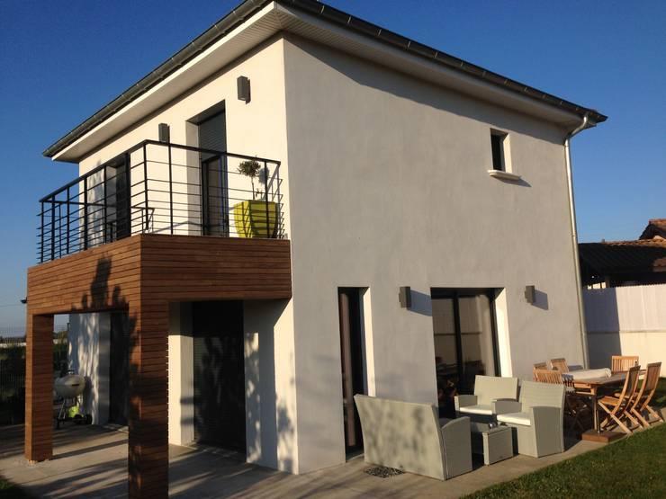 Habillage d'un balcon avec un bardage peuplier thermochauffé: Balcon, Veranda & Terrasse de style  par Made in Bois