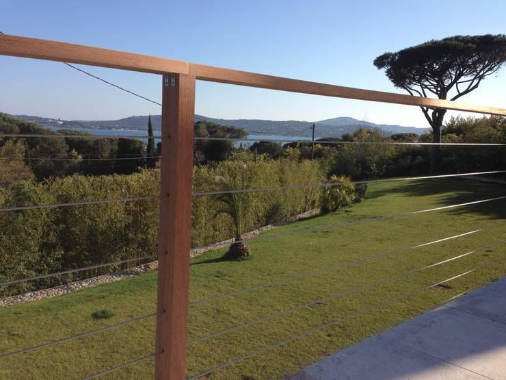 Garde corps au design contemporain et aux lignes architecturales épurées.: Terrasse de style  par Made in Bois