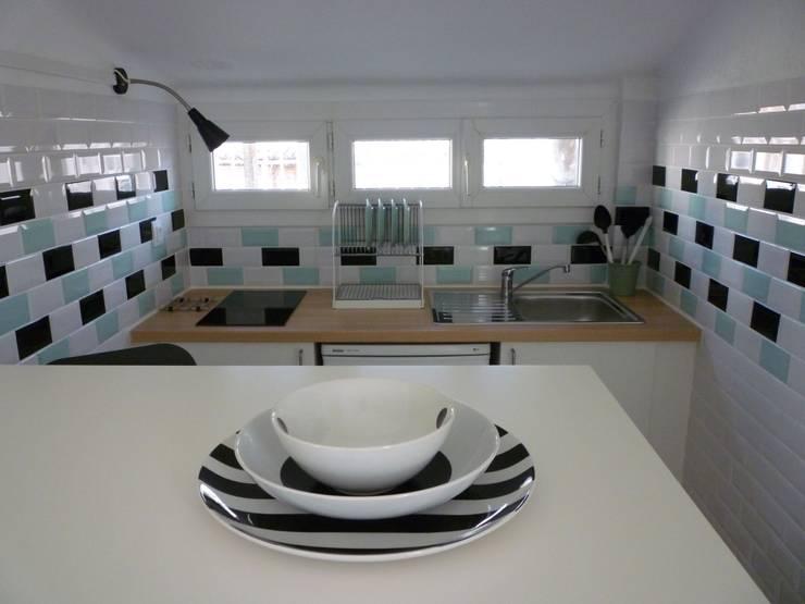 Cuisine carreaux métro : Salon de style de style Moderne par Emmanuelle Diebold
