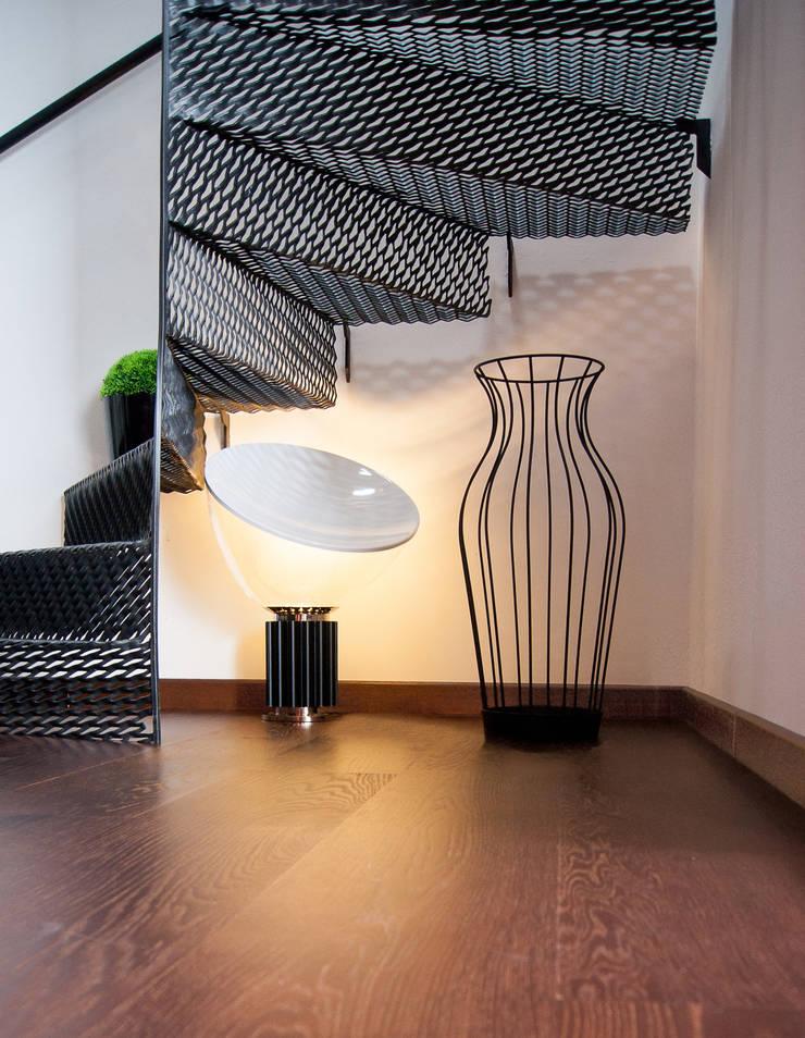 Hydria: Ingresso, Corridoio & Scale in stile  di PROGETTI