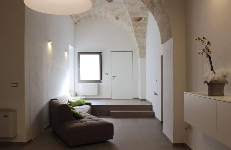CASA VT: Soggiorno in stile  di Daniele Spirito Architetto