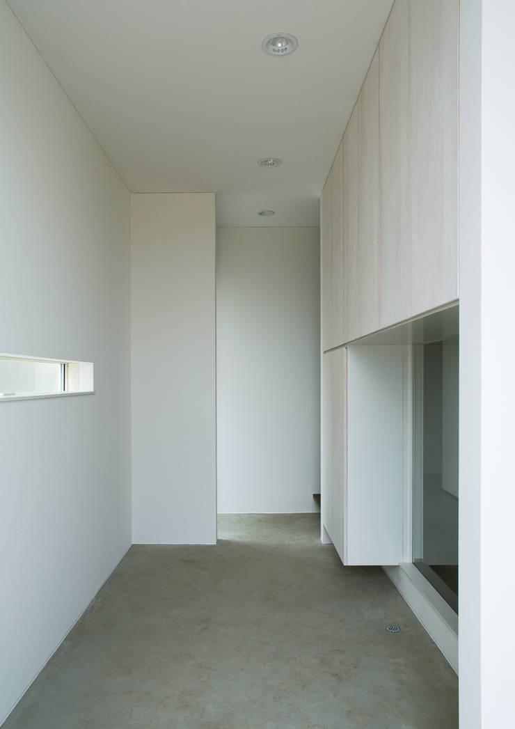 玄関: 株式会社 mA建築計画工房が手掛けた壁です。