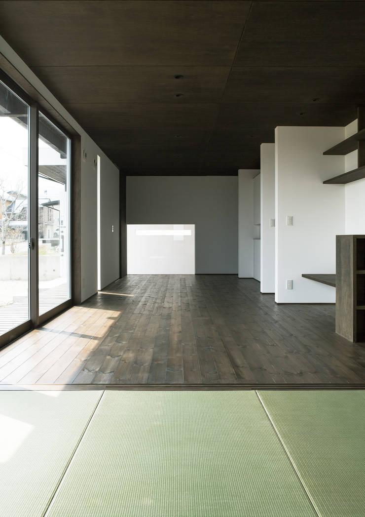 和室: 株式会社 mA建築計画工房が手掛けた寝室です。