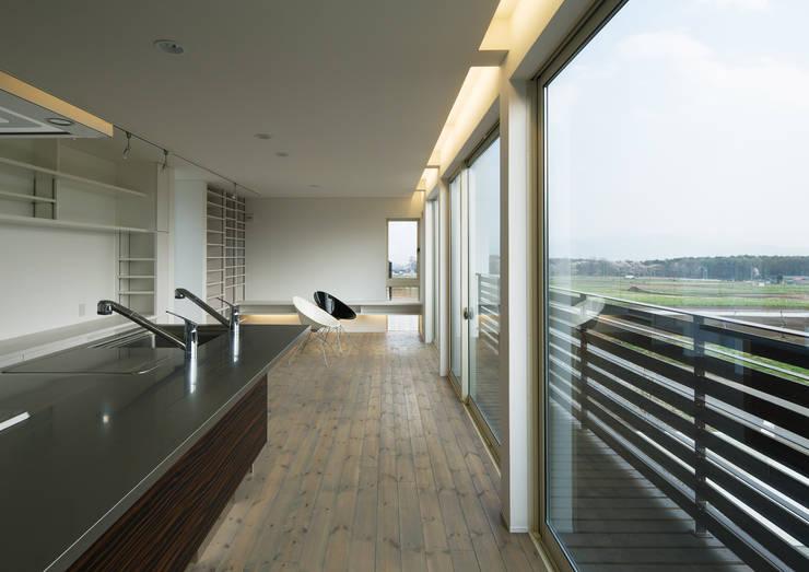 居間: 株式会社 mA建築計画工房が手掛けたリビングです。