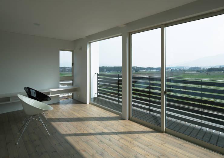 居間よりの眺め: 株式会社 mA建築計画工房が手掛けたリビングです。