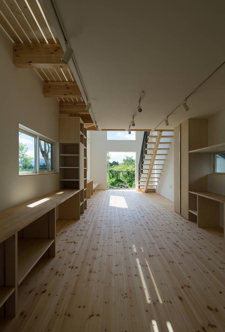 食堂より居間を見る: 株式会社 mA建築計画工房が手掛けたリビングです。,