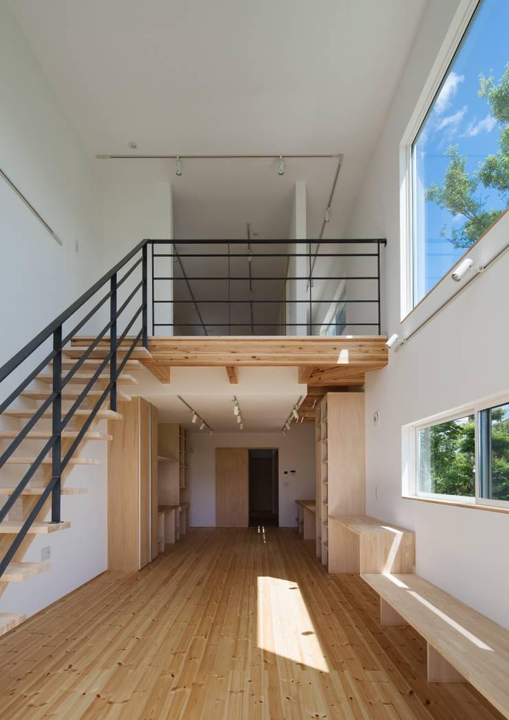 居間より吹抜・2階を見る: 株式会社 mA建築計画工房が手掛けたリビングです。,