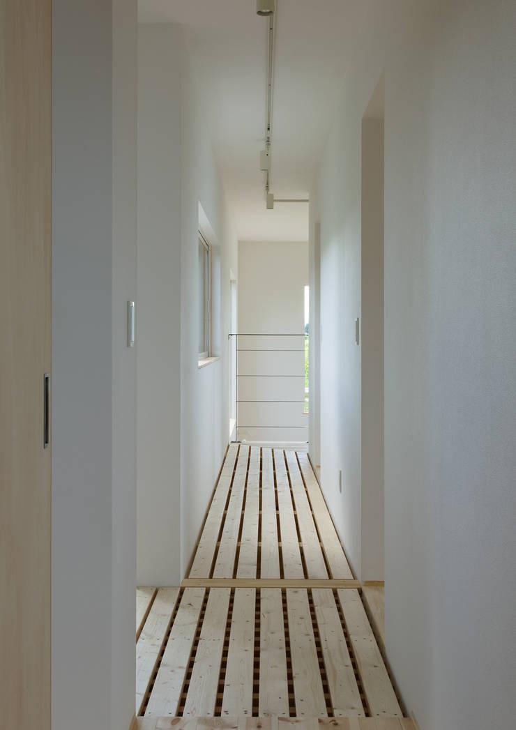 廊下: 株式会社 mA建築計画工房が手掛けた廊下 & 玄関です。,