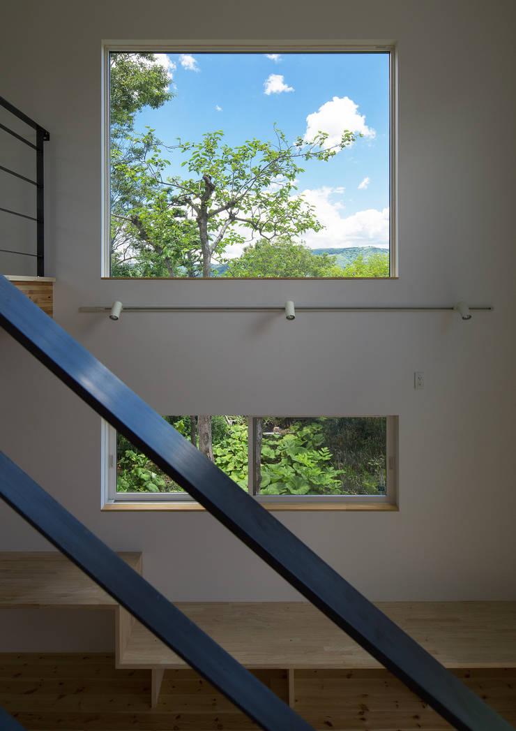 階段より吹抜を見る: 株式会社 mA建築計画工房が手掛けたリビングです。,