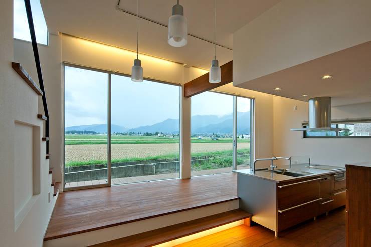 食堂より景色を眺める: 株式会社 mA建築計画工房が手掛けたリビングです。