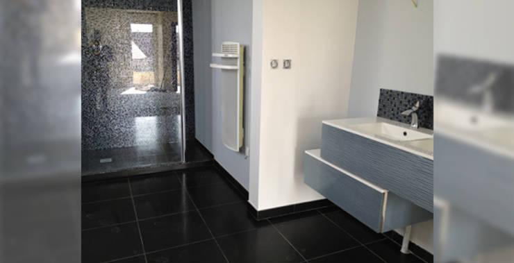 Résidence secondaire 300m²: Salle de bains de style  par LADD