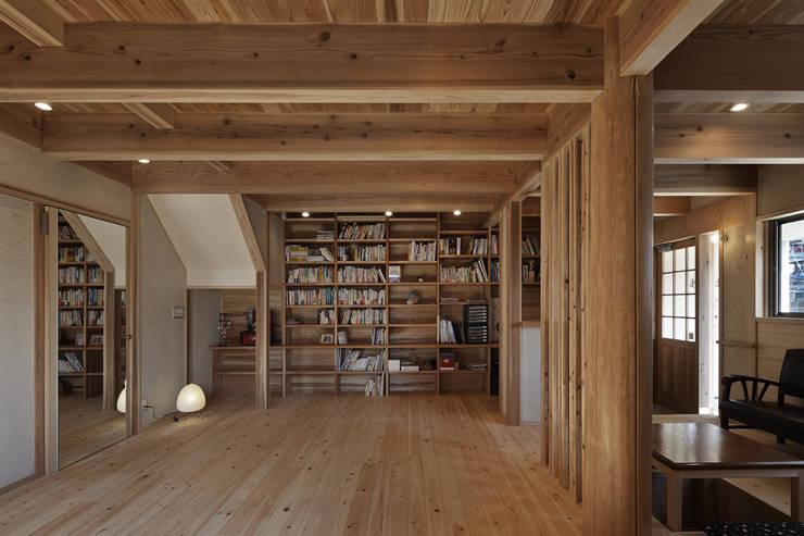 Salas de estilo  por 福田建築工房