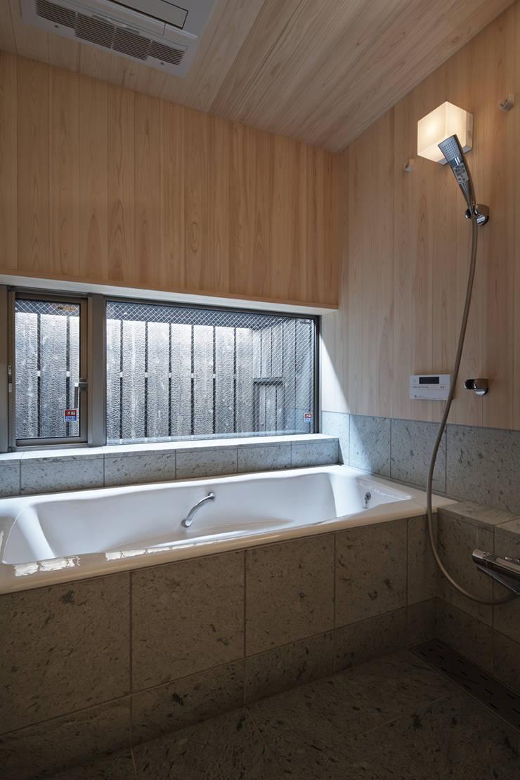 西宮北口の家: 福田建築工房が手掛けた浴室です。