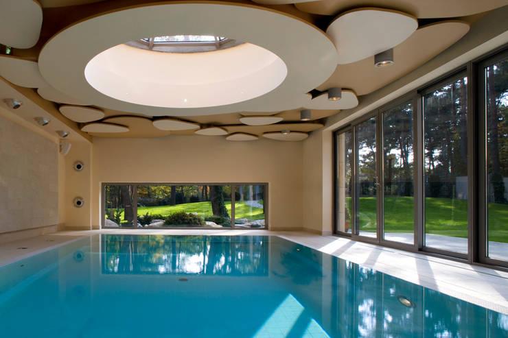 modern Pool by Zbigniew Tomaszczyk i Irena Lipiec Decorum Architekci Spzoo