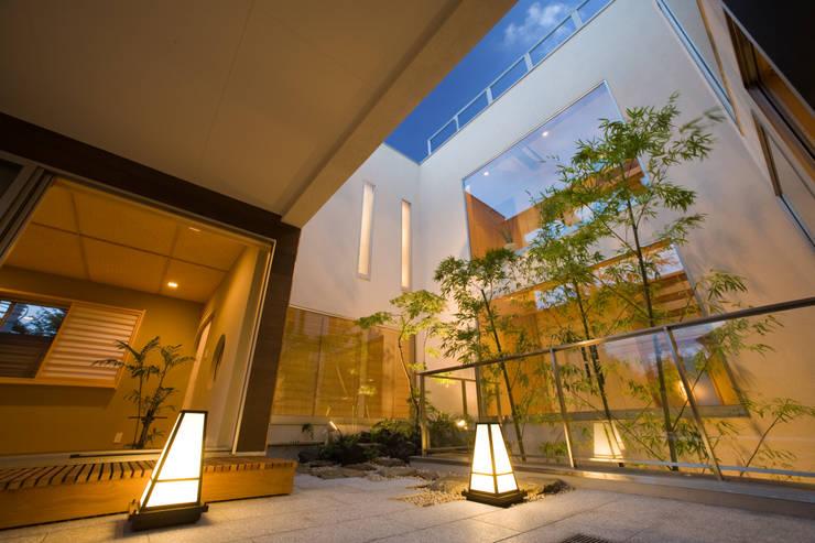 中庭を見上げる: TERAJIMA ARCHITECTSが手掛けたテラス・ベランダです。