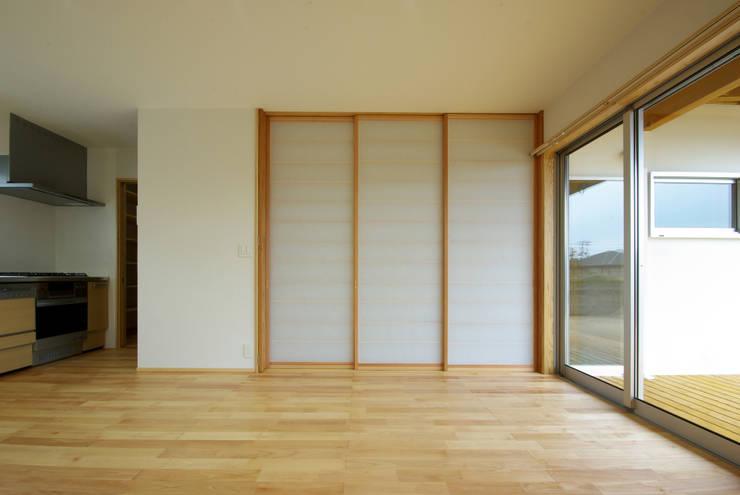 柳川の家: アトリエ イデ 一級建築士事務所が手掛けたサンルームです。,