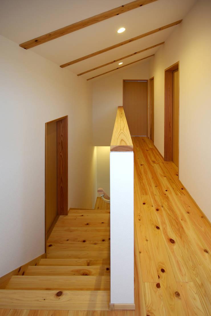 柳川の家: アトリエ イデ 一級建築士事務所が手掛けた廊下 & 玄関です。,