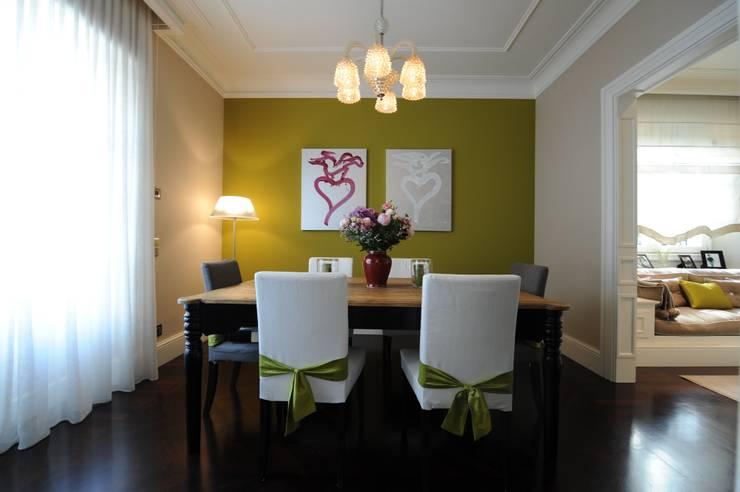 sala da pranzo: Sala da pranzo in stile in stile Classico di archbcstudio
