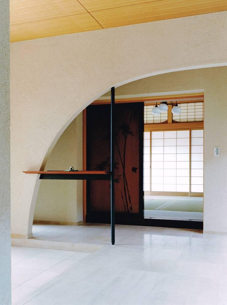 Moderner Flur, Diele & Treppenhaus von アトリエ空一級建築士事務所 Modern