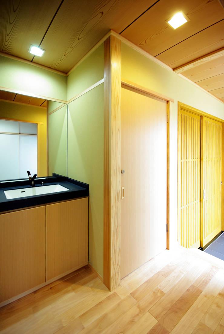 柳川の家: アトリエ イデ 一級建築士事務所が手掛けた浴室です。,