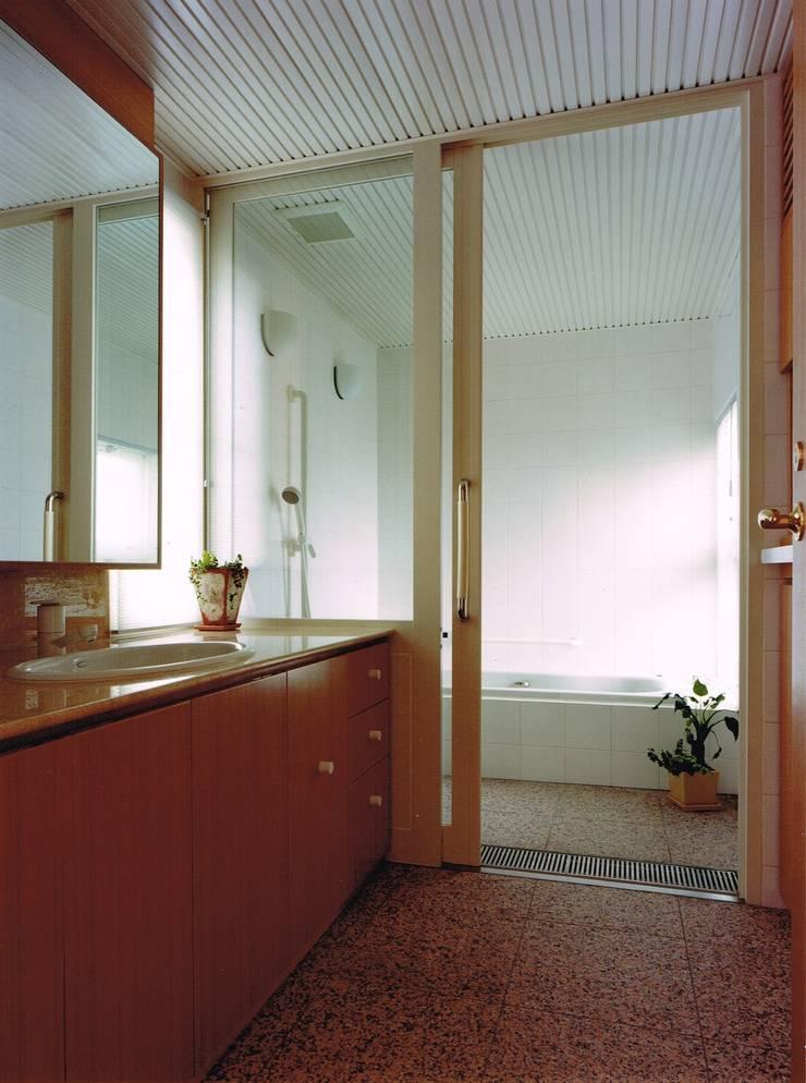 Modern bathroom by アトリエ空一級建築士事務所 Modern