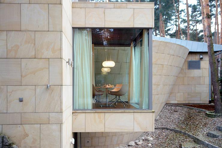 Rezydencja pod Warszawą III : styl , w kategorii Domy zaprojektowany przez Zbigniew Tomaszczyk i Irena Lipiec Decorum Architekci Spzoo