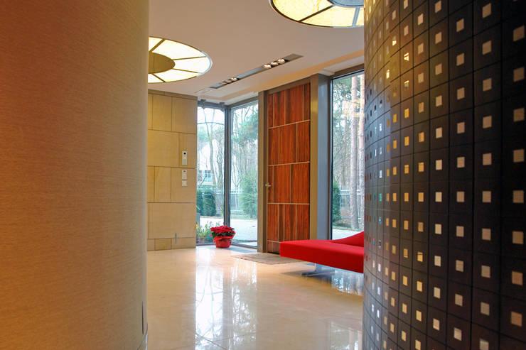 Rezydencja pod Warszawą III : styl , w kategorii Salon zaprojektowany przez Zbigniew Tomaszczyk i Irena Lipiec Decorum Architekci Spzoo