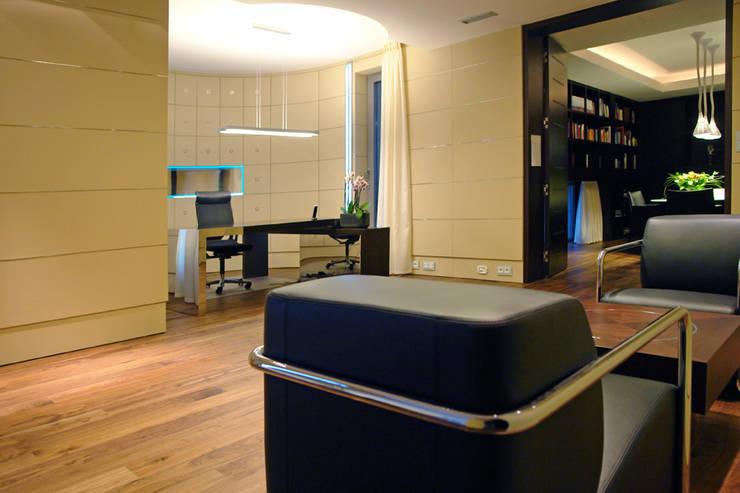 Rezydencja pod Warszawą III : styl , w kategorii Domowe biuro i gabinet zaprojektowany przez Zbigniew Tomaszczyk i Irena Lipiec Decorum Architekci Spzoo