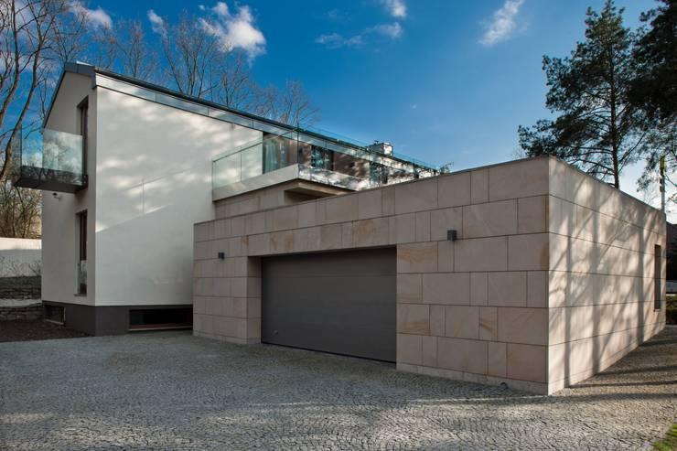 Rezydencja IV : styl , w kategorii Garaż zaprojektowany przez Zbigniew Tomaszczyk i Irena Lipiec Decorum Architekci Spzoo