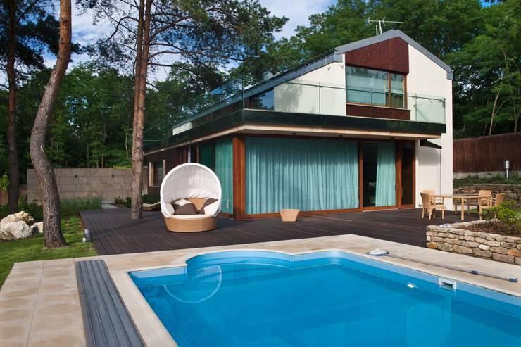 สระว่ายน้ำ โดย Zbigniew Tomaszczyk  Decorum Architekci Sp z o.o.,