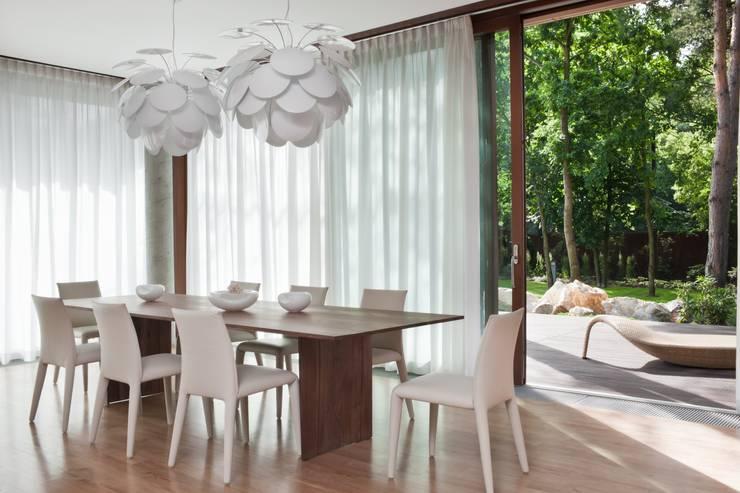 Rezydencja IV : styl , w kategorii Jadalnia zaprojektowany przez Zbigniew Tomaszczyk i Irena Lipiec Decorum Architekci Spzoo