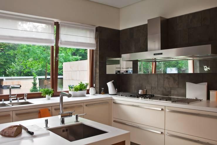 Rezydencja IV : styl , w kategorii Kuchnia zaprojektowany przez Zbigniew Tomaszczyk i Irena Lipiec Decorum Architekci Spzoo