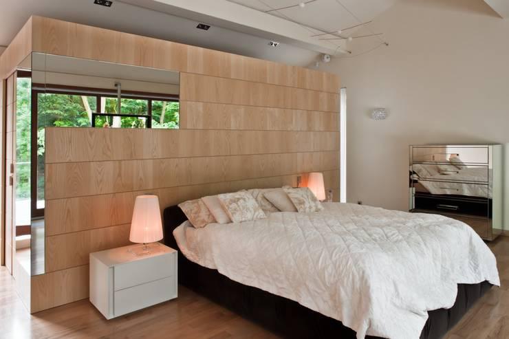 Rezydencja IV : styl , w kategorii Sypialnia zaprojektowany przez Zbigniew Tomaszczyk i Irena Lipiec Decorum Architekci Spzoo