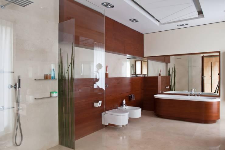 Rezydencja IV : styl , w kategorii Łazienka zaprojektowany przez Zbigniew Tomaszczyk i Irena Lipiec Decorum Architekci Spzoo