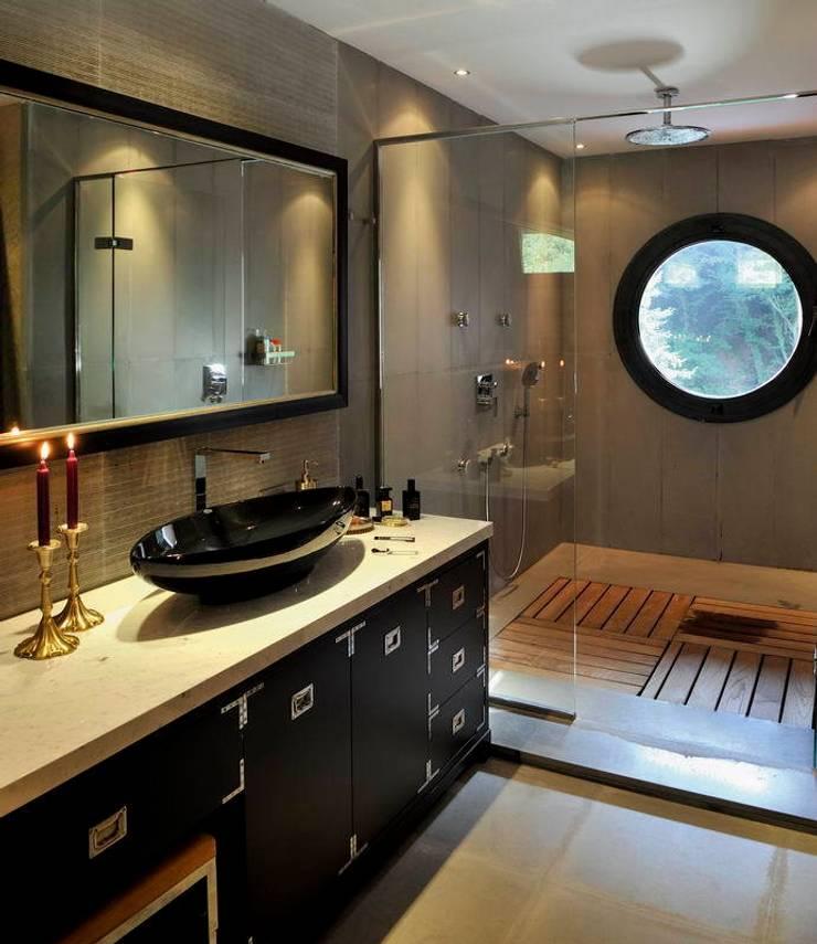 EB HOUSE SAKLIKORU:  Bathroom by Esra Kazmirci Mimarlik