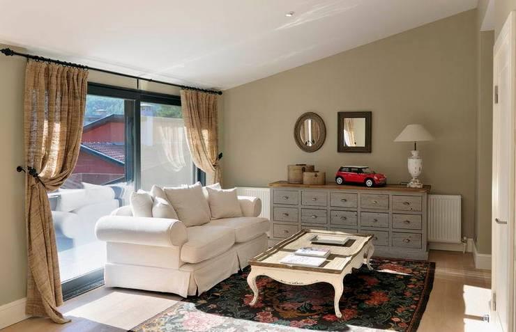 EB HOUSE SAKLIKORU:  Living room by Esra Kazmirci Mimarlik