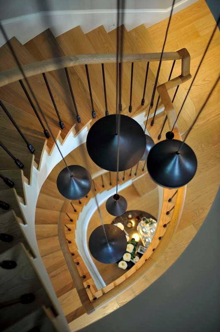 GGS HOUSE:  Corridor, hallway & stairs by Esra Kazmirci Mimarlik