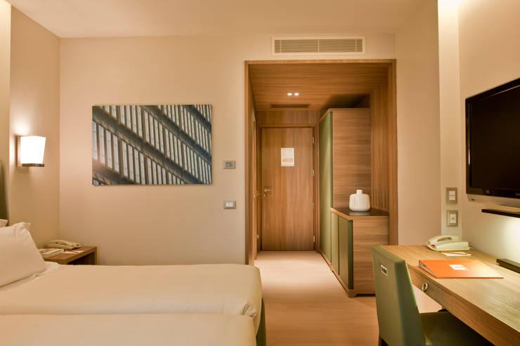 THotel Brescia: Hotel in stile  di Studio Simonetti