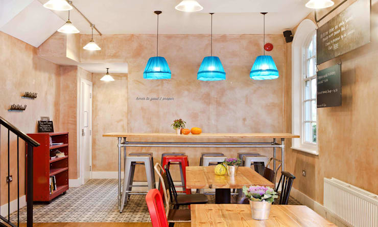 A COFFEE SHOP WITH RUSTIC-RETRO APPEAL:  Living room by Rosangela Photography