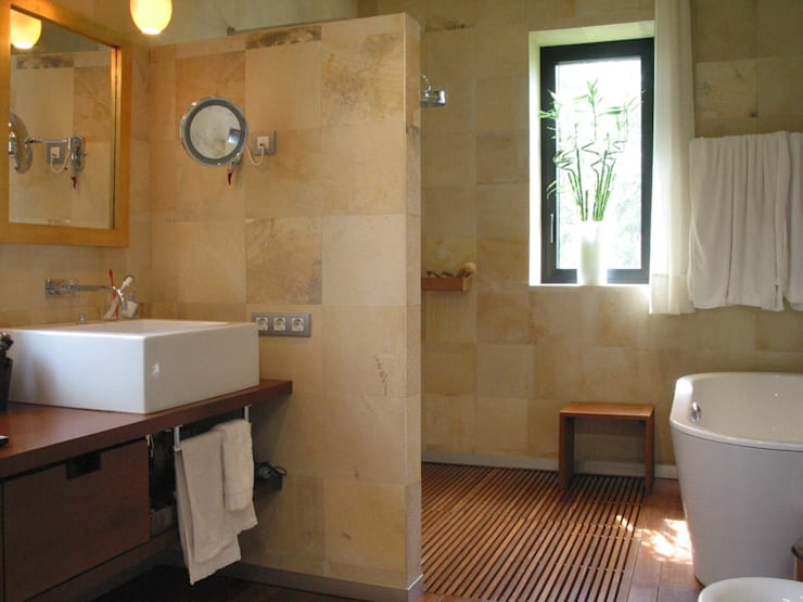 Baños de estilo moderno por Solnhofen Piedra Natural, S.L.