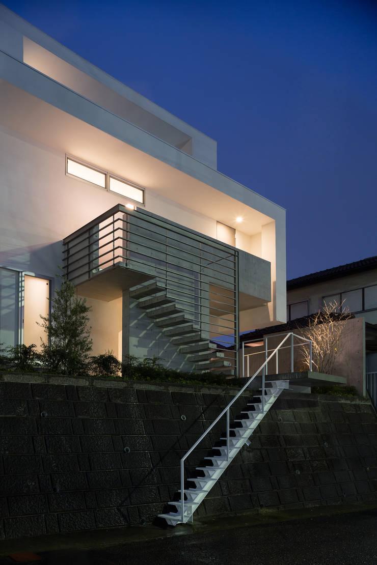 The House supplies a monotonous street with a passing view: Kenji Yanagawa Architect and Associatesが手掛けた家です。