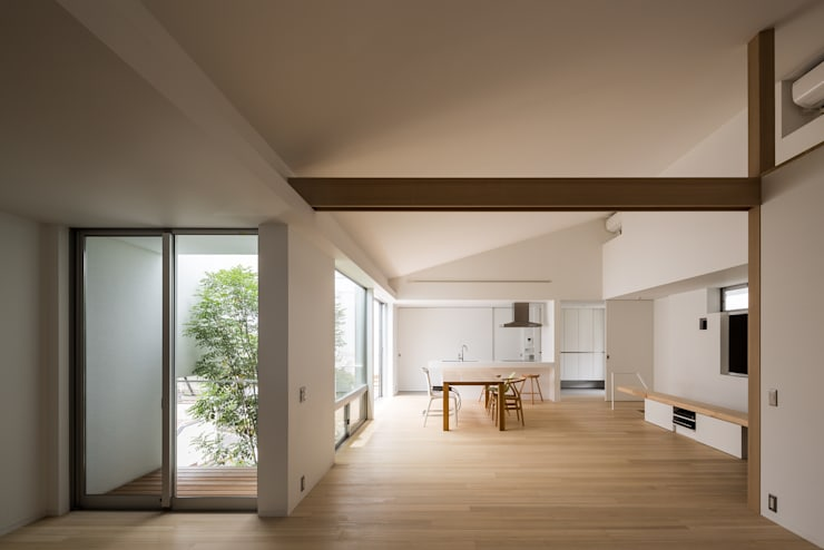 The House supplies a monotonous street with a passing view: Kenji Yanagawa Architect and Associatesが手掛けたリビングです。