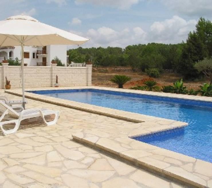 Piscina en Ibiza: Piscinas de estilo  de Solnhofen Piedra Natural, S.L.