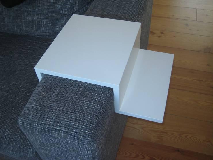 Ablage Tablett für die Sofalehne:  Wohnzimmer von Schreinerei Schulz GmbH